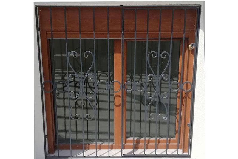 İki Kanatlı, Açılabilen, Kilitlenebilen Ferforje Pencere Korkuluğu